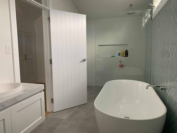 Renting out with online payment: Bright Bathroom with stunning bath