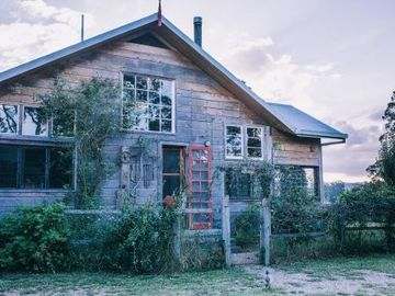 Renting out with online payment: Rustic exterior architecture