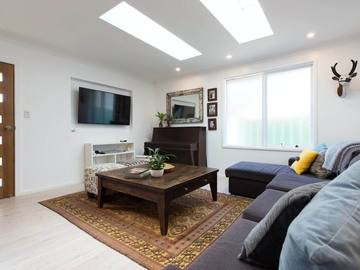 Renting out with online payment: Modern Living Room