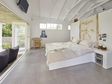 Renting out with online payment: Airy Bedroom with Pool Access