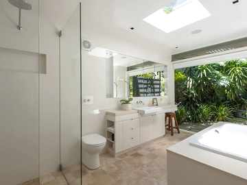 Renting out with online payment: Large Bathroom with Skylight