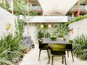 Renting out with online payment: Fenced Garden with Table and Chairs