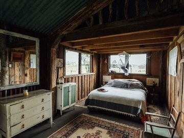 Renting out with online payment: Stunning country hut bedroom