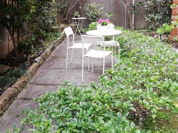 Renting out with online payment: Cute little garden with round table