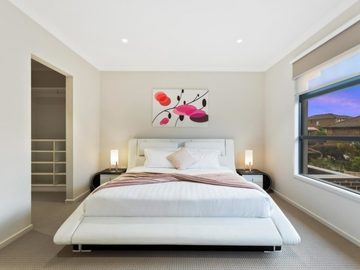Renting out with online payment: Bedroom with a Large Window