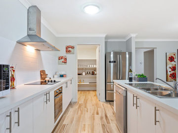 Renting out with online payment: Spacious and Modern Kitchen