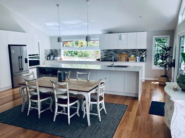 Renting out with online payment: Modern and Bright Coastal Kitchen