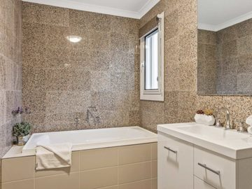 Renting out with online payment: Pristine Bathroom with Bath