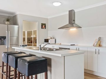 Renting out with online payment: Modern Open Plan Kitchen