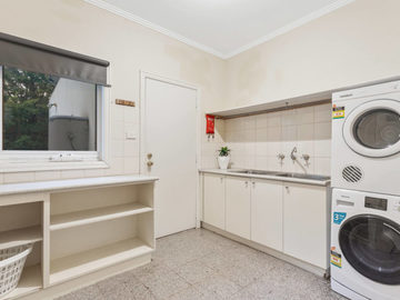 Renting out with online payment: Large Fully Equipped Laundry