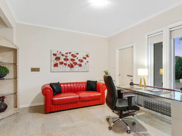 Renting out with online payment: Large Study Area with Window View