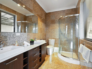Renting out with online payment: Well-Lit Large Bathroom
