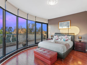 Renting out with online payment: Large Bedroom with Large Windows