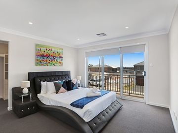 Renting out with online payment: Spacious Bedroom with Balcony