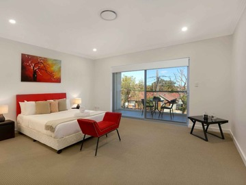 Renting out with online payment: Large and Bright Bedroom with Balcony