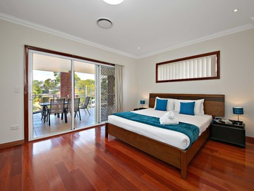 Renting out with online payment: Spacious Bedroom with Outdoor Access