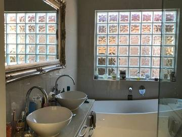 Renting out with online payment: Pristine Bathroom with a Bath
