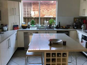 Renting out with online payment: Kitchen with Island Bench Seating