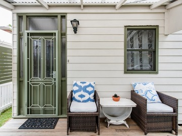 Renting out with online payment: Enchanting Emerald Green Front Door