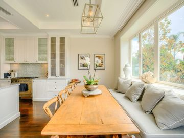 Renting out with online payment: Bright Dining Area by the Window