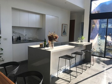 Renting out with online payment: Spacious Modern Kitchen