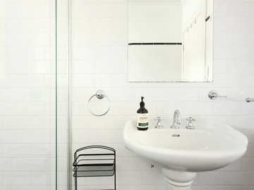 Renting out with online payment: Bathroom with Walk-In Shower