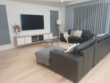 Renting out with online payment: Bright and modern living room