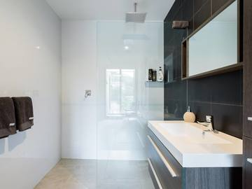 Renting out with online payment: Pristine Modern Bathroom