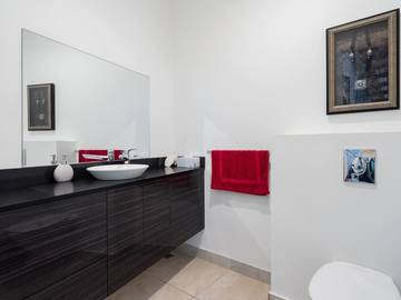 Renting out with online payment: Spacious Bathroom