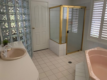 Renting out with online payment: 90s bathroom