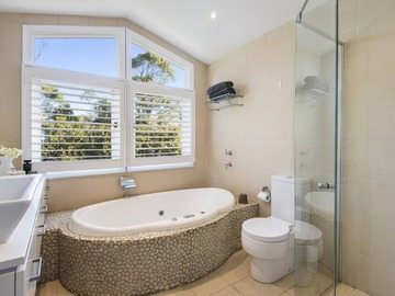 Renting out with online payment: Bright Bathroom with a Beautiful Bathtub