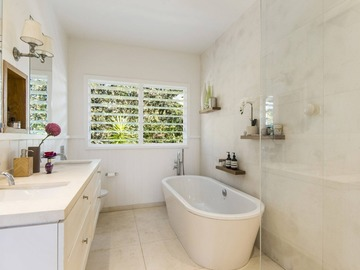 Renting out with online payment: Modern and Bright Bathroom