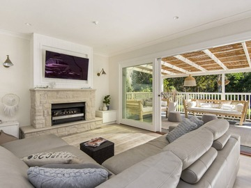 Renting out with online payment: Large Lounge Room that Flows on to a Huge Deck
