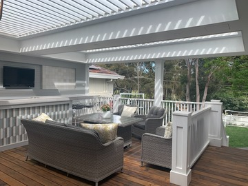 Renting out with online payment: Front deck with BBQ