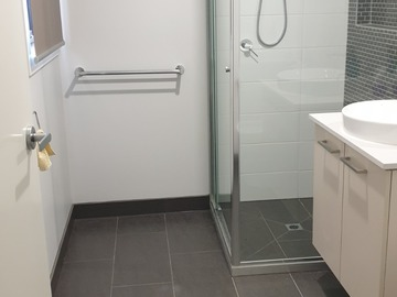 Renting out with online payment: Modern Bathroom with standalone Shower
