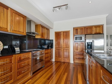 Renting out with online payment: Beautiful Kitchen that Looks Out to a Bush Scenery