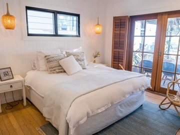 Renting out with online payment: Light-Filled Boho-Chic Bedroom