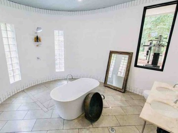 Renting out with online payment: Free standing bathtub
