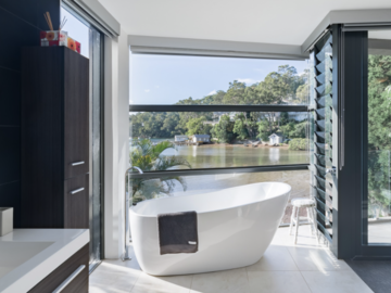 Renting out with online payment: Beautiful bathroom with seaview