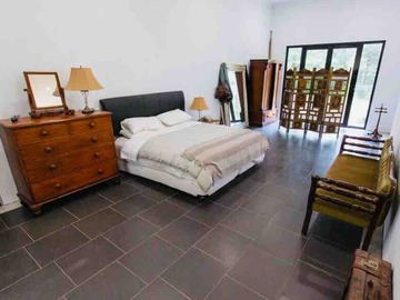 Renting out with online payment: Stylish bedroom