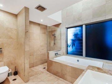 Renting out with online payment: Spacious and Bright Bathroom