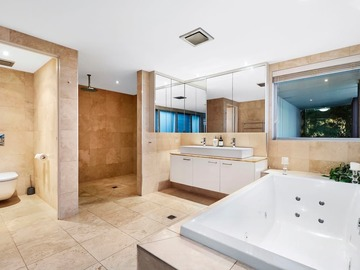 Renting out with online payment: Spacious Bathroom with Spa