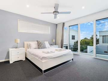 Renting out with online payment: Bedroom with Large Windows