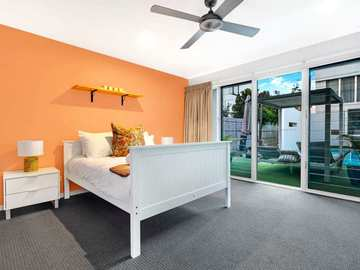 Renting out with online payment: Bedroom with Outdoor Access