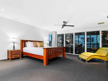 Renting out with online payment: Bedroom with Timber Bed