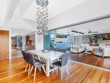 Renting out with online payment: Eight Seater Dining