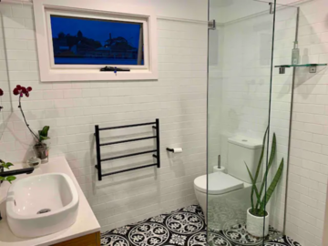 Renting out with online payment: Leafy Well-Lit Bathroom
