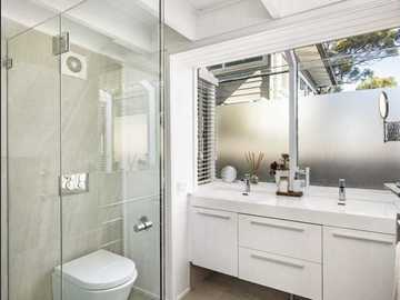 Renting out with online payment: Airy and Bright Bathroom