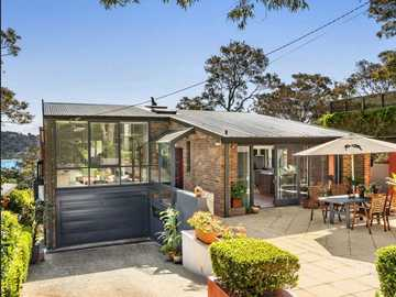 Renting out with online payment: Beautifully Presented Brick Residence with Pittwater Views