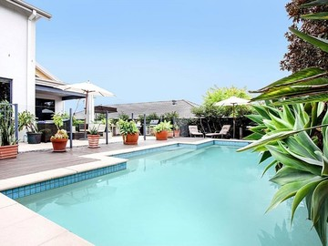 Renting out with online payment: Stunning outdoor pool and hot tub